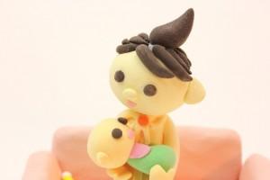 赤ちゃんを看病する母親