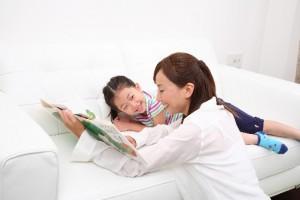 絵本の読み聞かせを楽しむ親子